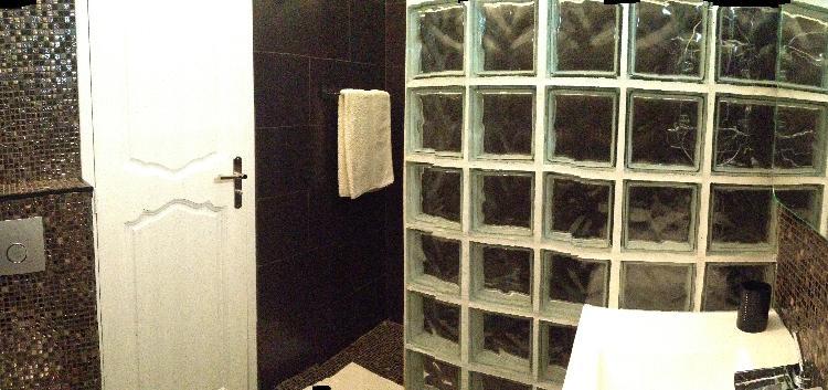 et dune vasque chaque salle de bain est quipe de serviettes de toilette un schoir cheveux est aussi votre disposition - Une Salle De Bain Est Equipee Dune Vasque